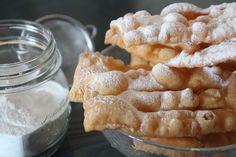 Le chiacchiere di carnevale Bimby sono deliziose striscette di pasta croccante, fatte con un impasto di farina che viene fritto o cotto al forno. Buonissime