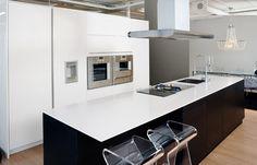 Moderni keittiö, modernit keittiöt, keittiö mittojesi mukaan - Ykköskeittiö Office Desk, Modern Design, New Homes, Kitchen, Table, Room, Furniture, House Ideas, Flat