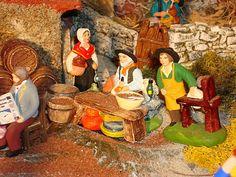 Sur la droite de la tonnellerie, il est possible de déguster le bon aïoli préparé avec amour par le vieux papé (santon Escoffier).  Près de lui, Pimpara, le rémouleur (santon Carbonel)prêt à aiguiser les couteaux.  Pimpara est égalementun santon incontournable de la crèche.