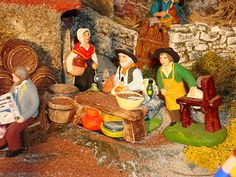 Sur la droite de la tonnellerie, il est possible de déguster le bon aïoli  préparé avec amour par le vieux papé (santon Escoffier).  Près de lui, Pimpara, le rémouleur (santon Carbonel) prêt à aiguiser les couteaux.  Pimpara est également un santon incontournable de la crèche.