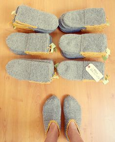 "Old classic ""Grandma's slippers"". the color band in single crochet is a nice touch. Als einfache Hausschuhe für Gäste."