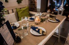 Dekoracja talerza, sztućce zawinięte w granatową i złotą serwetkę, obwiązane sznurkiem z koronkową kokardką, oraz stworzone metodą zrób-to-sam świeczniki ze słoików obwiązanych koronką. / Rustic, wedding, natural, eco, table, decoration, fall, autumn, ideas, white, gold, navy, blue, leaves,lace, napkins, place setting, bow, escord cards, mason jar, candles.