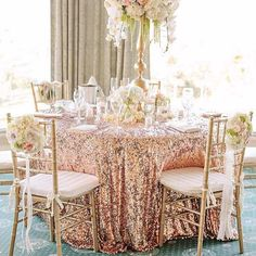 Geschenk Hochzeit - Gold and cream color palette - wedding decor inspiration Wedding Table Settings, Wedding Reception Decorations, Wedding Centerpieces, Quinceanera Decorations, Tall Centerpiece, Quinceanera Dresses, Wedding Colors, Wedding Styles, Wedding Flowers