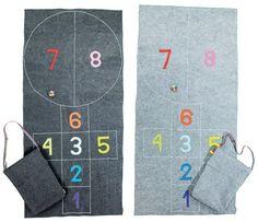 <p>Filcowa mata jak gra w klasy, może zastąpić dywan, ponieważ ma antypoślizgowy spód jest bezpieczna dla dzieci.</p>