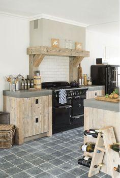 Landelijke keuken van oud hout met prachtige schouw door RestyleXL  #landelijk #landelijke #keuken #schouw #oudhout #houten #restylexl