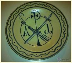 cositasdemiabuelo: Plato decorativo pintado con símbolos religiosos
