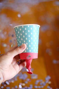 Vind je het niet erg om een huis vol confetti te hebben? Dan is deze confetti-shooter een leuke rommelmaker. Knip in de bodem van een papieren bekertje een rond gat en knip daarna de onderkant van een ballon af. De onderkant van de ballon schuif je om de onderkant van de beker heen, vul het bekertje met een laagje confetti en trek aan het tuitje van de ballon. Zorg voor véél confetti, want dit is verslavend!
