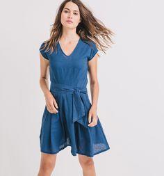 Der Leinenmix in hübscher Waschung macht aus diesem Kleid ein perfekt feminines Kleidungsstück. Es hat einen V-Ausschnitt, eine mit einem Bindegürtel und Abnähern betonte Taille und einen ausgestellten Rock. Zudem hat das Kleid eine Knopfleiste am Rücken und einen verdeckten Seitenzipper.