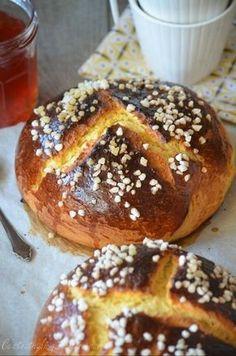 Une brioche originaire d'Oran que l'on réalise en général à l'occasion des fêtes de Pâques... pour ma part elle me fait systématiquement de l'oeil toute l'année à chaque fois que j'achète ma baguette de pain chez le boulanger à deux pas de chez moi, elle... Biscuits, Muffin, Bread, Breakfast, Desserts, Food, Beignets, Occasion, Facebook