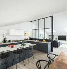 It's a tale of two halves this week. Firstly the very modern conversion with lots of black accents and internal crittal windows versus the stucco-fronted family home that is mainly white and also has a rather gorgeous internal glass wall. The first is a collection of eight apartments in Battersea's Bakery Place which is on…