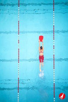 """Das Sport-Thieme Schwimmbrett """"Top"""" besitzt mit seinen Gleitrillen aus Leichtschaumstoff eine spezielle Form. Durch seine Stabilität und Langlebigkeit verleiht sie dem Schwimmer mehr Sicherheit. Ob im Freibad oder Hallenbad: Das Schwimmbrett """"Top"""" ist ein nicht mehr wegzudenkendes Trainingsgerät für Jugendliche und Erwachsene bis ca. 80 kg."""