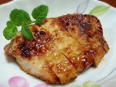 用味噌醃肉排,可讓肉質軟嫩多汁。冷藏一夜醃入味後,以煎的方式讓肉排外酥內軟,鹹中帶甜,超級下飯~