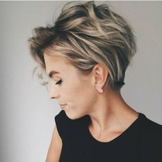 10 Messy Hairstyles for Short Hair - Quick Chic! Women Short Haircut 2019 Messy hairstyles for short hair are a great, easy-care option and a trendy fashion look, all rolled into one! In fact, short haircuts usually lead the fashion trends and the current Pelo Pixie, Hair Color Highlights, Pixie Highlights, Hair Colour, Messy Hairstyles, Hairstyles 2018, Images Of Short Hairstyles, Short Curly Hairstyles For Women, Hairstyle Short