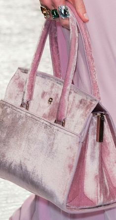 Aigner at Milan Fashion Week Spring 2017 - Details Runway Photos Velvet Fashion, Pink Fashion, Fashion Handbags, Fashion Bags, Milan Fashion, Mode Rose, Sexy High Heels, Pink Velvet, Leather Accessories