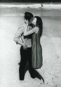 """Jean-Paul Belmondo et Françoise Dorléac dans """" L' homme de Rio"""" ,1964."""