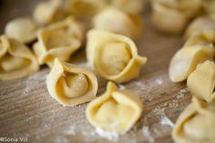 Como fazer capeletti caseiro. Capeletti caseiro passo a passo. Pasta Recipes, Snack Recipes, Snacks, Italian Cookies, What To Cook, Creative Food, Relleno, Chowder, Italian Recipes
