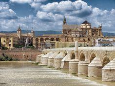 Puente romano en Córdoba entre Mezquita y Calahorra, España