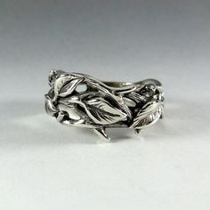 Sterling Silver Leaf and Twig Band Ring von DawnVertreesJewelry