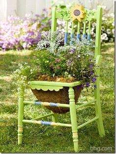 Easy to do ! Yes ! With an old chair, some painting And flowers