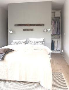 Binnenkant : Kledingkast achter het hoofdeinde van het bed...