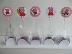 Toppers decorativos para Docinhos e Cupcakes. Feito em papel de scrap 180g com estampa exclusiva Atelier Avelar. Escalope de 4 cm. Suporte de 7 cm de plástico branco / transparente.  IMPORTANTE: * Cores podem ser alteradas e devem ser acordadas no ato da compra. * Preço referente à unidade do produto.  FRETE GRÁTIS APENAS PARA SÃO PAULO (Capital). R$ 1,25