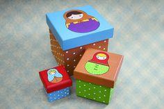 Matrioshka é um brinquedo tradicional da Rússia, constituída por uma série de bonecas, feitas de diversos materiais, que são colocadas umas dentro das outras, da maior (exterior) até a menor (a única que não é oca). (Wikipedia) Super coloridas, as nossas caixinhas de Matrioshkas vêm em 3 tamanhos e também se encaixam, facilitando seu transporte ou armazenamento quando não estiverem sendo usadas. Além de lindas, são muito úteis para qualquer canto da sua casa!