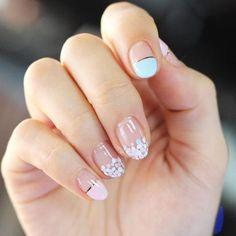 10 Negative Space Nail Art Designs: Confetti Nails - See Pic Nail Art Diy, Easy Nail Art, Diy Nails, Nail Manicure, Diy Art, Stylish Nails, Trendy Nails, Confetti Nails, Korean Nail Art
