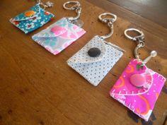 Une amélioration de mes mini-pochettes en porte-clef pour les jetons de caddies (ou pour glisser un petit mot d'amour ou une photo...) j'ai...