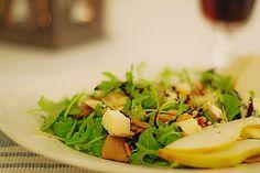 Rucolasalat mit karamellisierten Birnen, Blauschimmelkäse und Pinienkernen
