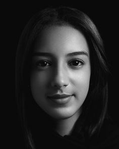 Black and white, low-key and high contrast portrait with Rembrandt lighting and black background (Gey Martínez) – Alejandro Díaz Photography