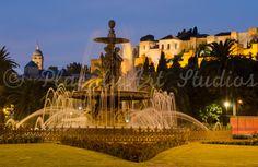 Fuente de la plaza del General Torrijos con la Alcazaba al fondo