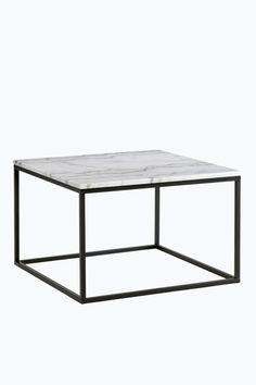 """Sofabord/sidebord med plate av marmor og stamme av metall. Str 75x75 cm. Høyde 48 cm. Da marmor er et naturmateriale er det normalt at små avvikelser i størrelse, farge og struktur forekommer. Fraktvekt 21 kg. <br><br>Les om Fraktvekt under fliken """"Levering"""".<br><br>Vedlikehold av marmor<br>For å gi steinen beskyttelse anbefales marmorpolish som du finner i velutstyrte fargehandlere. Stryk på et tynt lag. La det tørke i noen minutter. Poler opp til glans med en tørr fille. Dette bør gjentas…"""