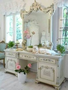 It may sound odd but shabby chic furniture is highly in demand these days. You must be thinking that how can something chic and elegant be shabby. However, that seems to be the current trend and most people are opting to go for furniture of that kind. Cottage Shabby Chic, Shabby Chic Stil, Romantic Cottage, Shabby Chic Bedrooms, Shabby Chic Furniture, Shabby Chic Decor, Painted Furniture, Rose Cottage, Baroque Furniture