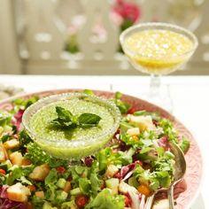Kokoa salaatin ainekset kerroksittain laakealle tarjoiluvadille.Leikkaa paahtoleivät kuutioiksi. Ruskista leipäkuutiot rasvassa paistinpannulla.