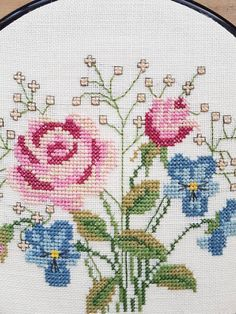 Lovely cross stitch embroidered roses wall hanging in good condition. The size is: 8 1/2 x 8 1/2 The material is cotton, cottonyarn Contact me if you have questions. I offer of course combined shipping and refund if the shipping cost is overpaid. Thank you for visit my vintage shop