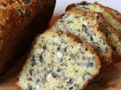 La recette pratique, inlassable, gourmande et parfaite pour les restes du frigo la voici : Le Cake salé. On fera un poil plus chic peut être aujourd'hui, et surtout avec des ingrédients de folie, bien combinés et bien proportionnés pour créer un cake archi moelleux, fondant et croquant en même temps. Côté recette, rien de plus simple, la base d'un cake salé agrémenté cette fois de champignons à gogo, vieux comté râpé, de persil plat et de noisettes, toute ma passion.... - Cake aux…