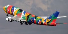 South African Airways ZS-SAJ Boeing We were so proud of the Ndinzani, painted for the Olympics in ATL! Airplane Painting, Airplane Art, 747 Airplane, Airplane Design, Commercial Plane, Commercial Aircraft, Boeing 747 400, Jumbo Jet, Passenger Aircraft