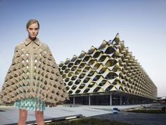 What Happens When High Fashion is Inspired by Iconic Architecture? Hussein Chalayan, Look Fashion, High Fashion, Fashion Design, Moda Origami, Moda Peru, Deconstructivism, New York Museums, Mode Inspiration