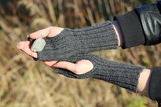 Ranteenlämmittimet, sormettomat, kämmekkäät, villa, tummanharmaa, tehty Suomessa, wrist warmers, fingerless gloves, dark grey, woolen, made in Finland, Etsy