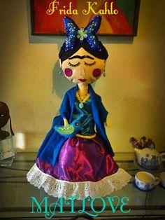 Muneca de Frida Kahlo ,hecha y bordada a mano. de Matlove .Monica Cidrian.