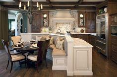 Die Sitzecke in der Kücheninsel einer Landhausküche