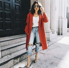 look com calça jeans, tshirt e casaco vermelho look with jeans, tshirt and red coat Pin: 564 x 705 Fashion Mode, Look Fashion, Autumn Fashion, Womens Fashion, Fashion Trends, Fashion Ideas, Red Fashion Outfits, Ladies Fashion, 90s Fashion