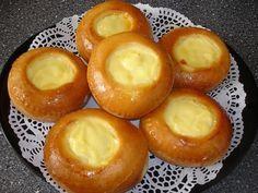 Ik heb vandaag deze broodjes met banketbakkersroom van Dina gemaakt. Warm de melk eventjes op tot hij lauw is. Meng dan alle ingrediënten voor het deeg met elkaar, als laatste de bloem. Dek het af met een plastic zak voor ongeveer een kwartiertje op een warme plek Dutch Recipes, Bread Recipes, Baking Recipes, Beignets, Cupcake Cakes, Cupcakes, Bistro Food, Sweet Pastries, High Tea