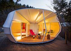 Certaines personnes aiment la vie spartiate en plein air, d'autres aiment la nature mais également un minimum de confort. Le studio sud-coréen ArchiWorkshop a la solution pour cette deuxième catégorie de personnes, avec leur Glamping Tents, une approche « glamour du camping ».  Les architectes ont créé deux modèles éco-luxe, l'un est une forme longue et incurvée qui s'adapte facilement au terrain accidenté, l'intérieur est d'un blanc immaculé seules les cloisons sont très colorées.