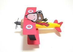 Decoração de mesa ou lembrancinha do Snoopy Aviador, todo montado em papel especial.   Acompanha faixa que pode ser personalizado com o nome do aniversariante. Altura: 10.00 cm Largura: 15.00 cm Comprimento: 14.00 cm