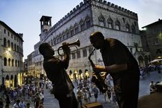Umbria Jazz at the Piazza IV Novembre in Perugia in Umbria, Italy by Steve McCurry in 'Sensational Umbria' - Tourism Marketing Concepts Steve Mccurry, Umbria Italy, Perugia Italy, Tuscany, Places To Travel, Places To Visit, World Press Photo, Luxury Villa Rentals, Regions Of Italy