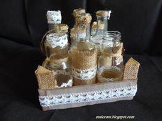 Botes de zumos y refrescos decorados con tela de saco y puntillas. Caja de cerezas decorada con papel de scrap.