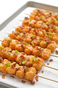 These loaded tater tot skewers are so delicious and they& really easy to make! This is such an easy appetizer recipe! It& great for game day and parties but it also makes a fun side dish for dinner. Loaded with cheese and bacon these are soooo good! Skewer Recipes, Easy Appetizer Recipes, Yummy Appetizers, Appetizers For Dinner, Appetizers On Skewers, Easy To Make Appetizers, Party Food On Skewers, Appetizers For Christmas, Best Party Appetizers