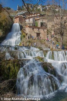 Orbaneja del Castillo, Burgos, Castilla y León (España) Beautiful Places To Visit, Wonderful Places, Beautiful World, Places To Travel, Places To See, Travel Around The World, Around The Worlds, Weekend France, Beautiful Waterfalls