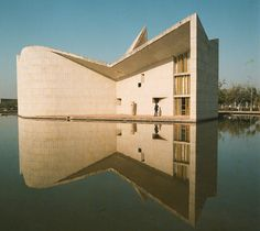 """Université Dy Penjab, """"Gandhi Bhawan"""" Building 1966 This pic is from such an amazing book: """"Le Corbusier, Pierre Jeanneret: The Indian Story"""" Le Corbusier, Beautiful Architecture, Modern Architecture, Monuments, Pierre Jeanneret, Chandigarh, Modern Buildings, Brutalist, Auditorium"""